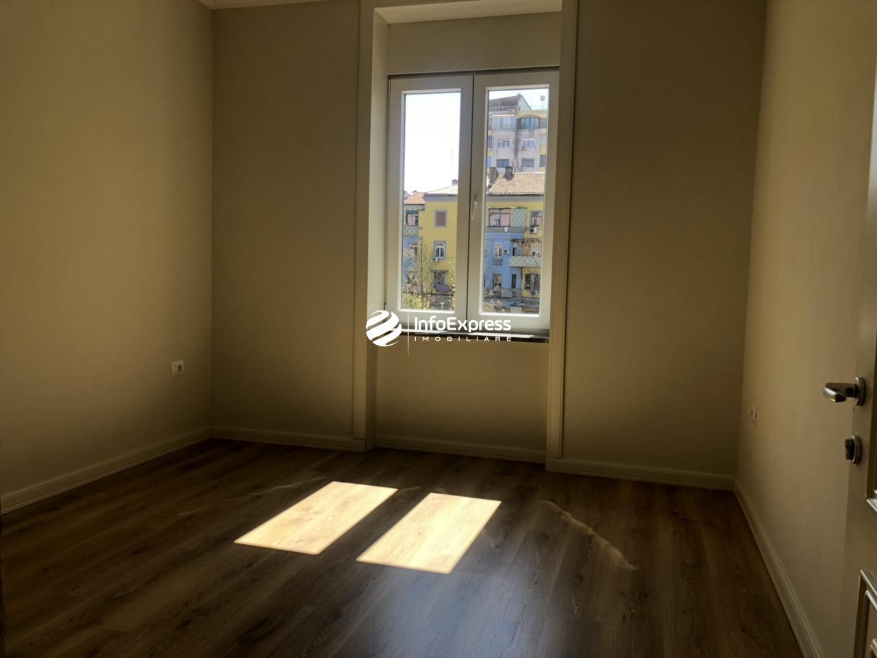 TRR-0618-1339 Jepet me qera apartament 2+1 per banim ose per zyra ndodhet prane shallvareve ne qender