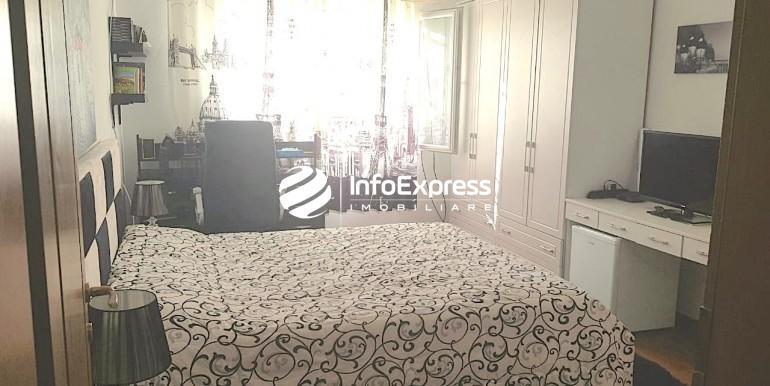 Dhoma e gjumit me hapesire, drite dhe diell